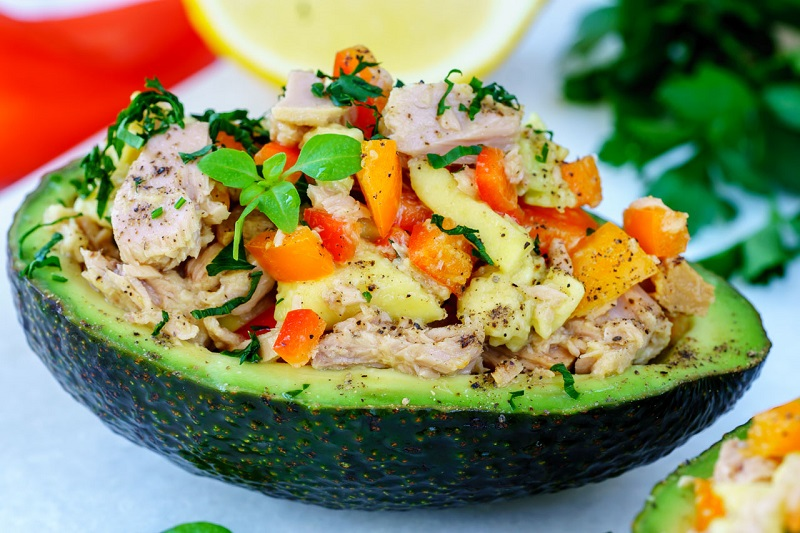Stuffed avocado, a simple recipe for a fat but very healthy fruit