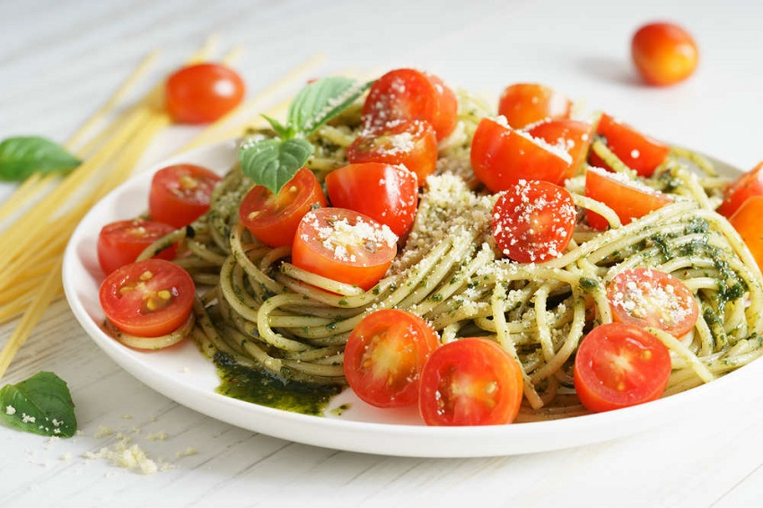 Vegetable spaghetti with homemade pesto and lemon